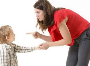 """आई, आयफोन आणि १८ अटी: मुले मोबाईल साठी हट्ट करतायेत? काय केले या आईने की तुम्ही वाचून म्हणाल """"आई असावी तर अशी"""""""