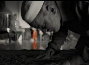 ठाकरे चित्रपटाच्या टीजर मध्ये नमाज पढत असलेला मुस्लिम व्यक्ती कोण? काय घडली होती घटना…..
