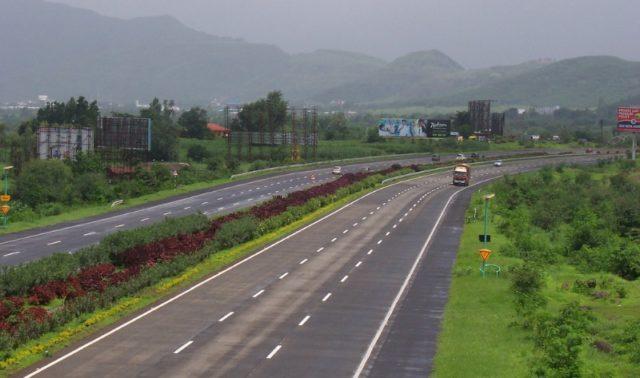 मुंबई-पुणे द्रुतगती महामार्ग वर टोल गोळा करावा का? लवकरच महाराष्ट्र सरकार घेणार निर्णय
